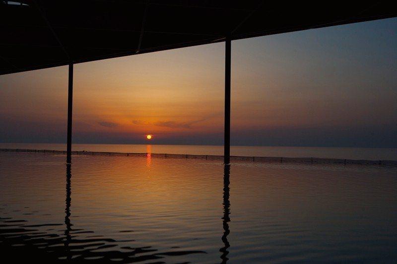 大水槽的上方與日本海平面同高,連成一片汪洋,尤其在夕陽落下時更是美不勝收。