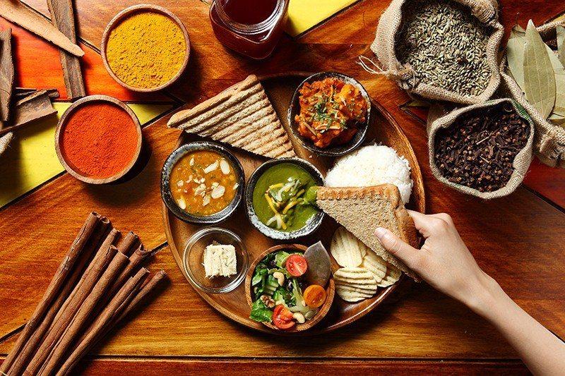 印度塔麗360元/一次可嚐到添加不同香料的花椰菜、扁豆、波菜咖哩等3種咖哩醬,每...