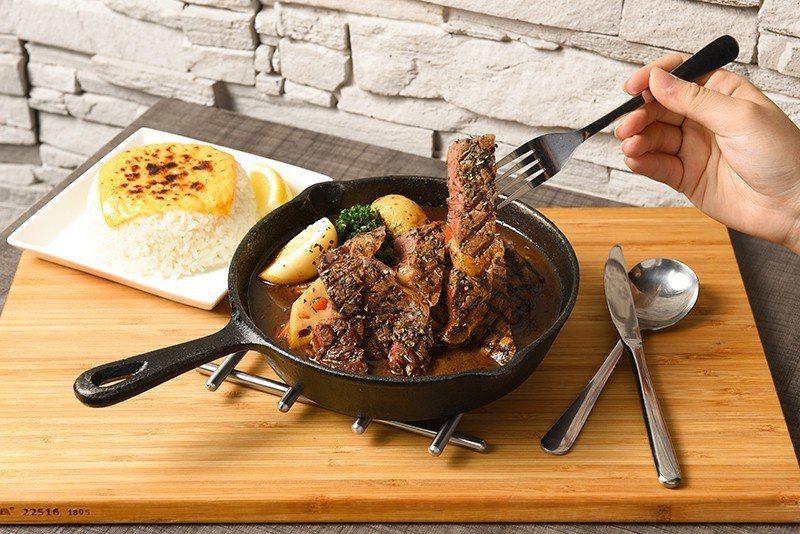 切牛排湯咖哩360元/厚實的澳洲沙朗牛排,搭上紅蘿蔔、馬鈴薯、蛋、秋葵、蓮藕片等...