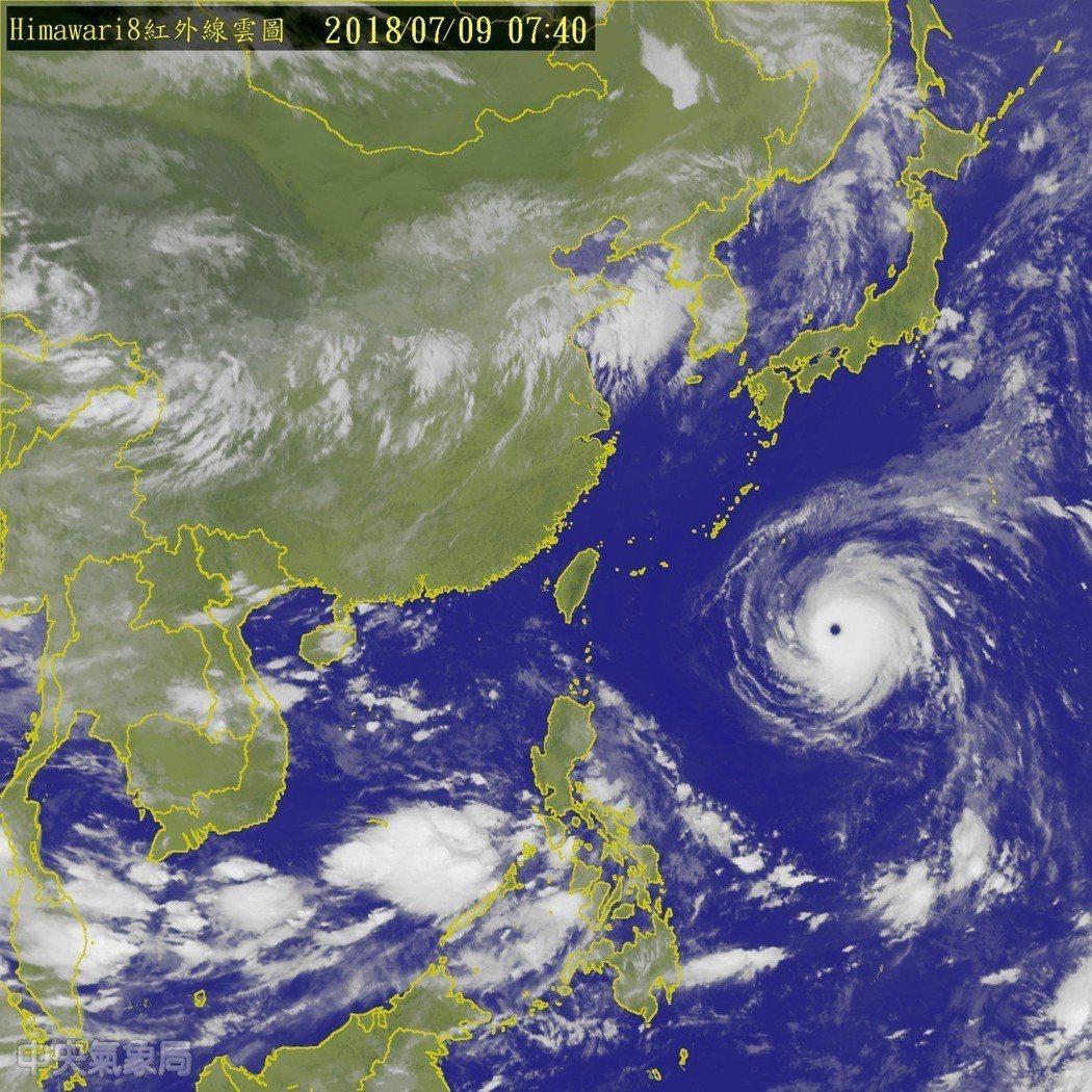 颱風快速朝台灣接近,氣象局最快今天下午發布海上颱風警報,不排除周三凌晨至上午發布...