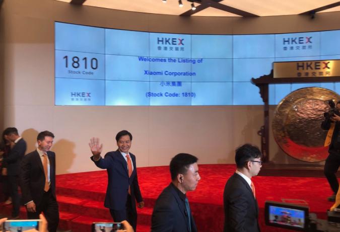 小米集團今日港交所掛牌,上市首日開盤跌破發行價至港幣16.6元,跌2.35%。小...
