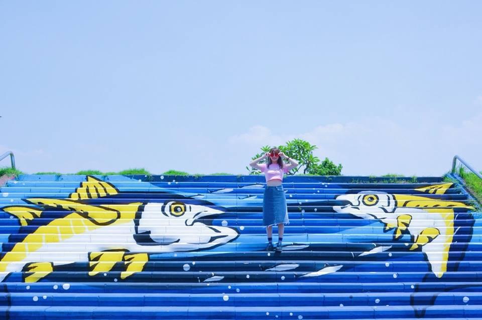 屏東縣東港鎮東港溪畔靠近進德大橋處近期完成一幅人行階梯彩繪,成為遊客打卡新亮點。...