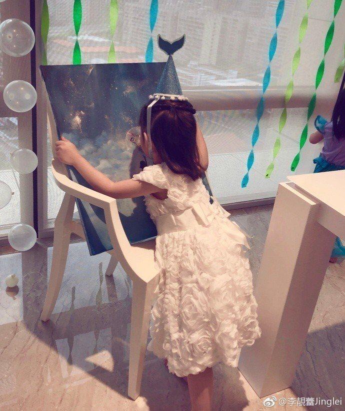 王力宏的長女王嘉莉歡慶4歲生日,開心收到禮物。圖/摘自微博