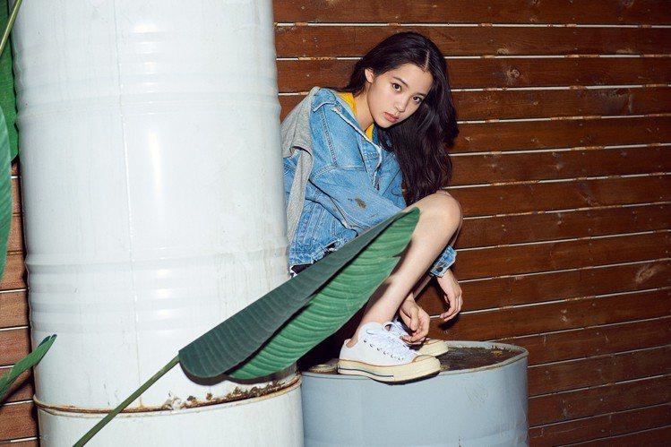 歐陽娜娜演繹Converse Chuck 70白色低筒鞋,約2,980元。圖/C...