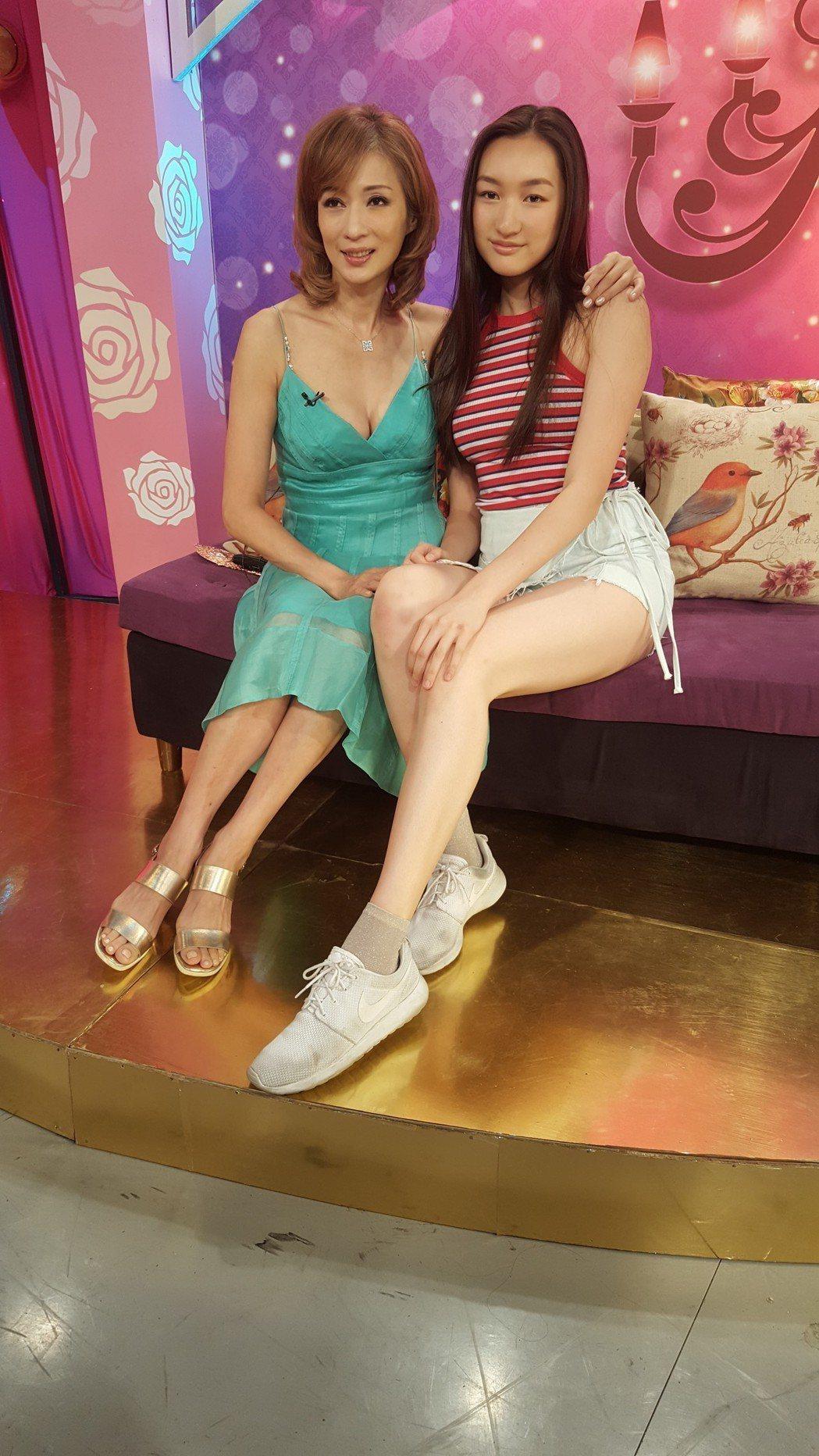 溫翠蘋(左)帶女兒ISSA錄JET「命運好好玩」。記者林怡秀/攝影