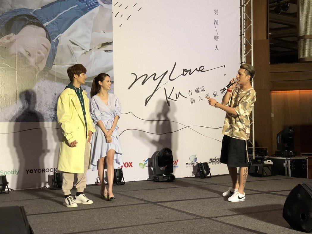 嘎嘎(右起)在現場指導陳夢晨、古曜威拍攝吻戲。記者林士傑/攝影