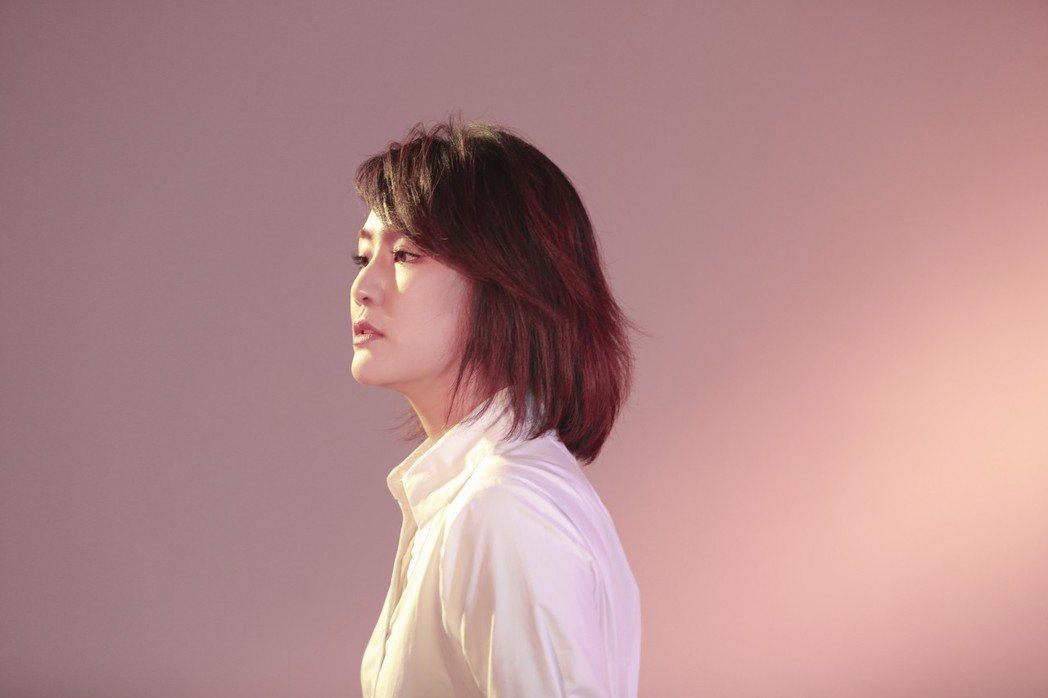 陳梓童曾赴韓國發展,獲邀演唱國片「切小金家的旅館」的主題曲。圖/環球唱片提供