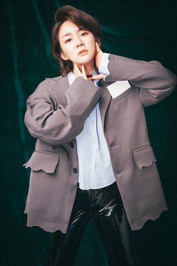 新人陳梓童拿下「中國好聲音4」亞軍,以周杰倫的徒弟闖出名號,被國片「切小金家的旅館」指定演唱主題曲「我最驕傲愛過的人」,錄音時想起全心全意照顧自己的媽媽,忍不住淚崩。她提到先前在韓國發展事業,返回大...