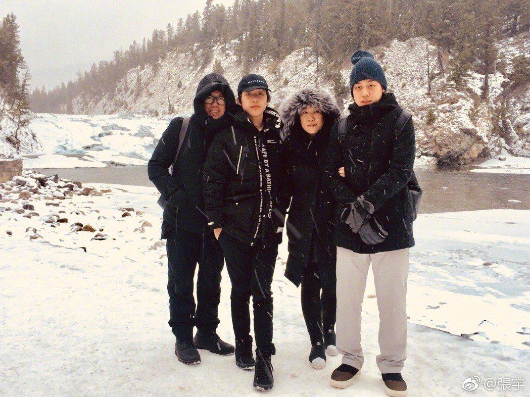 張宇(左)曾曝光一家四口的全家福照。圖/摘自微博
