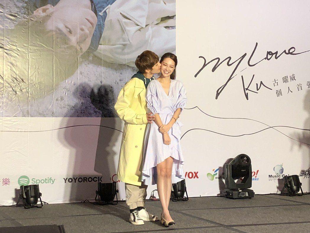 古曜威(左)被拱跟陳夢晨重現吻戲。記者林士傑/攝影