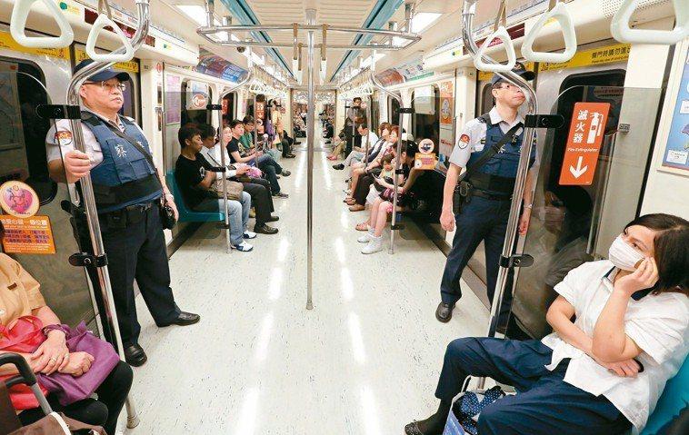 北捷喋血案造成恐慌,當時警方動員人力,加強在各捷運車廂巡邏。 本報資料照片
