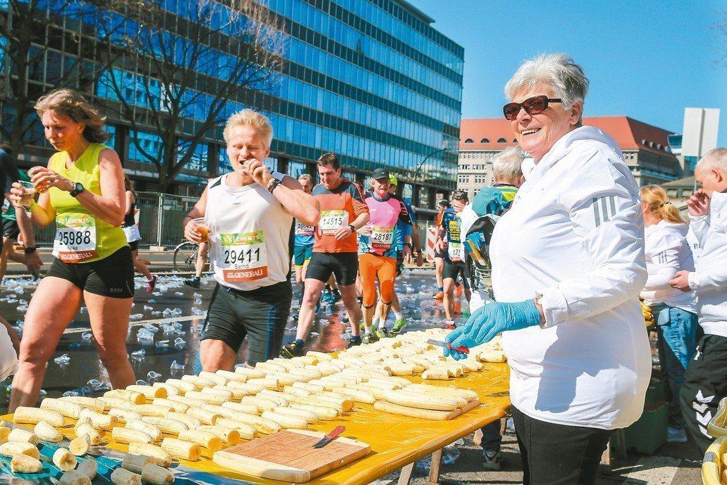德國人常常在城市裡舉辦馬拉松,有熟齡族擔任賽事服務員,為跑者拿水、香蕉補充體力。...