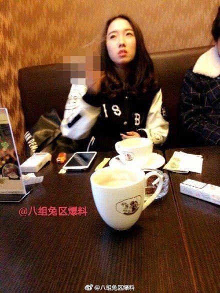 網友爆料神似孟美岐的女孩抽菸照。圖/摘自微博(※提醒您:抽菸,有礙健康)