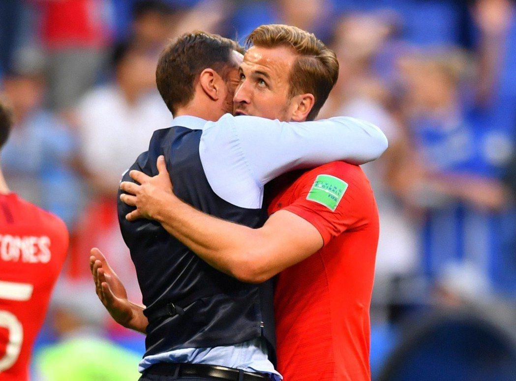 英格蘭教頭紹斯蓋特(左)擁抱球員。 美聯社