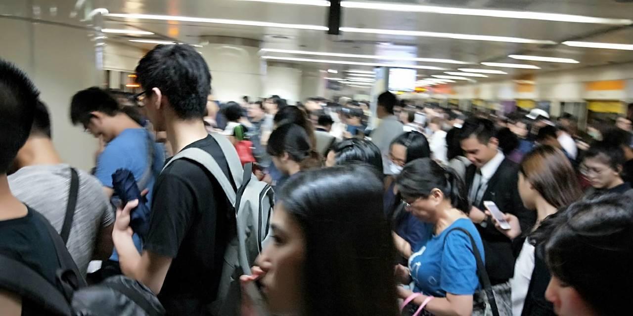 北市下午4時因應颱風停班停課,北捷中和新蘆線民權西路站下午近5時,人潮擠滿月台,...