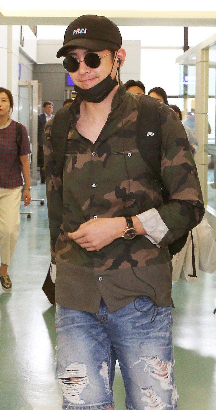 2PM成員尼坤10日中午從南韓仁川搭機抵台,參加新片「把哥哥退貨可以嗎」在台灣的...