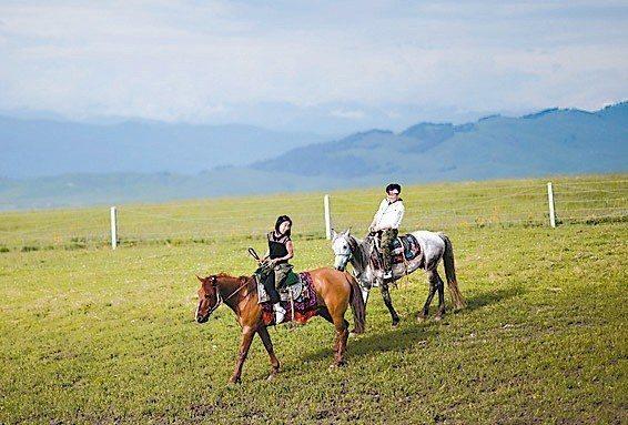 被譽為「空中草原」的新疆那拉提風景區目前單日平均入園遊客在5,000人次左右,迎...