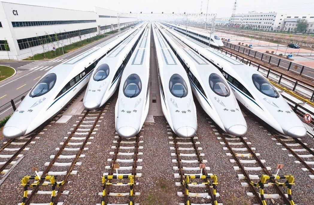大陸高鐵最高時速提升到350公里。圖為準備發車高鐵。 本報系資料庫