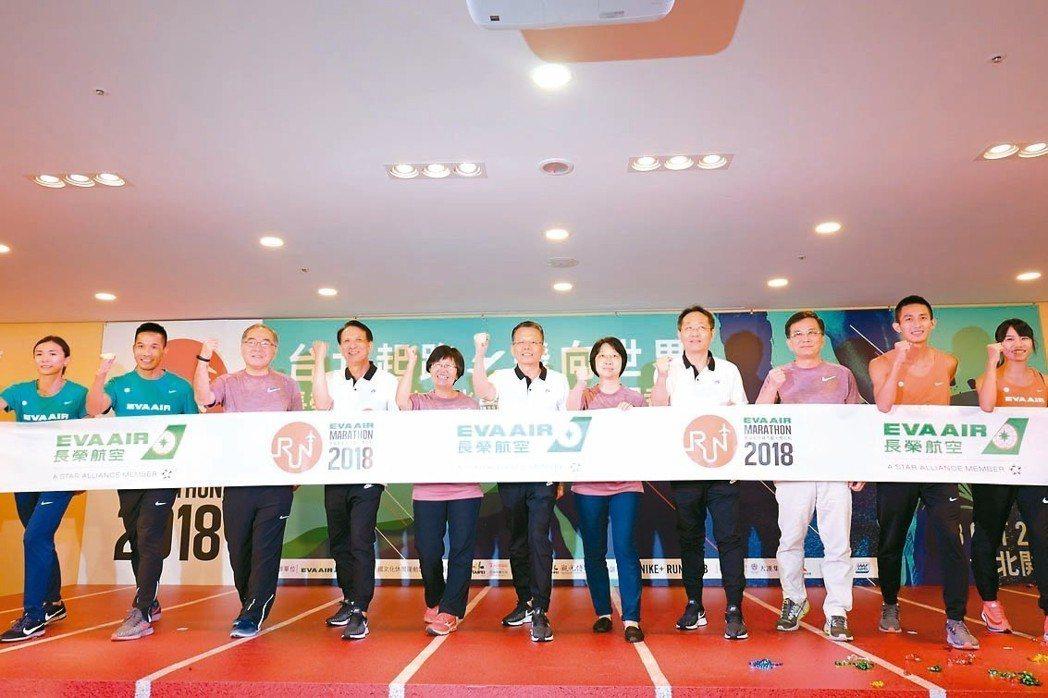 長榮航空總經理孫嘉明(左四)、發言人柯金成(左二)、副總李士亮(右二),與觀光局...