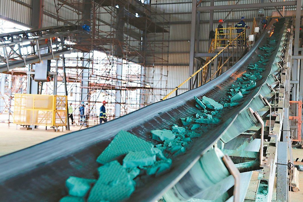 分析師警告,鈷與鋰未來可能供應過剩,導致價格重挫。圖為剛果民主共和國生產的鈷礦。...