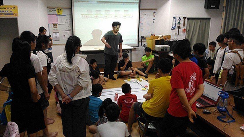 營隊授課教練教導學員機器人程式編寫。 中科管理局/提供