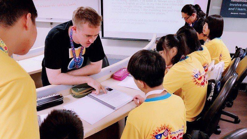 嶺東中學英語研習營外籍教師親切幽默,同學認真學習。 嶺東中學/提供