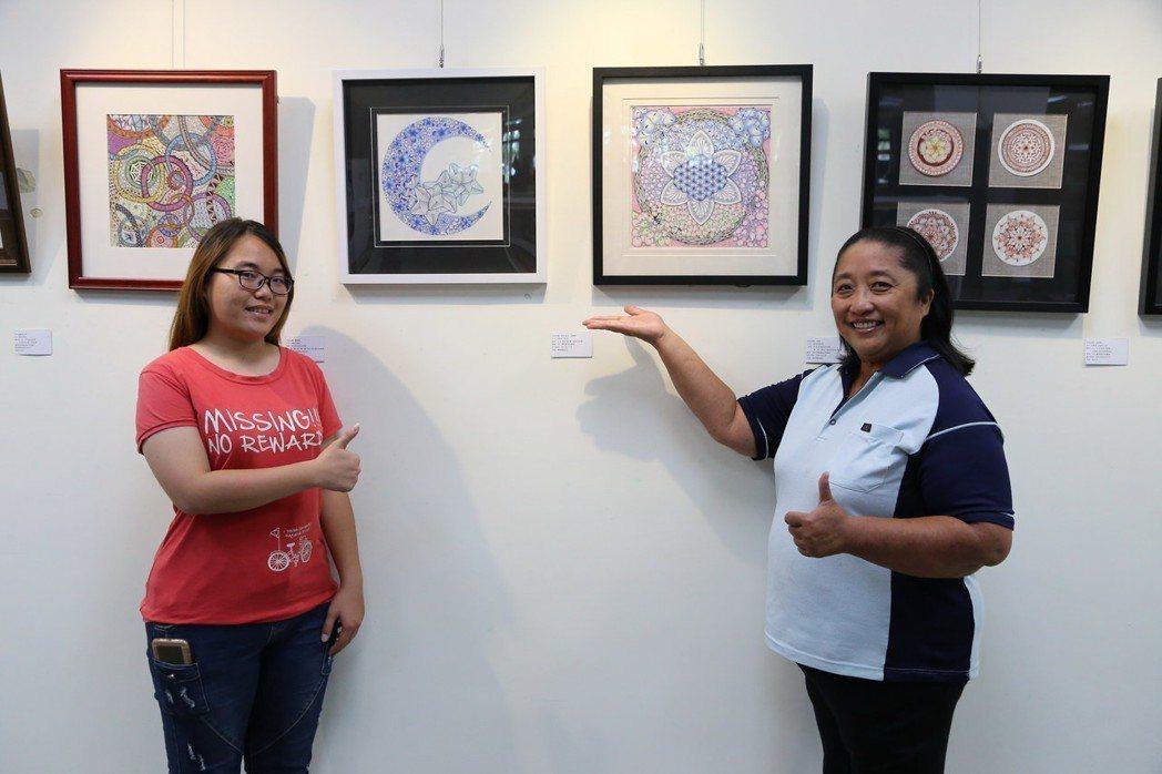 南華大學陳瑄嬪(右)與女兒賴奕淨(左)共獲四個碩士學位。陳瑄嬪於校內展出結合曼陀...