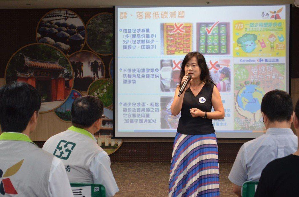 家樂福代表陳依芳經理分享減塑經驗。  陳慧明 攝影