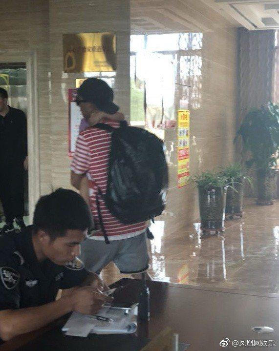 陳小春帶著Jasper進入飯店。 圖/擷自鳳凰娛樂網微博