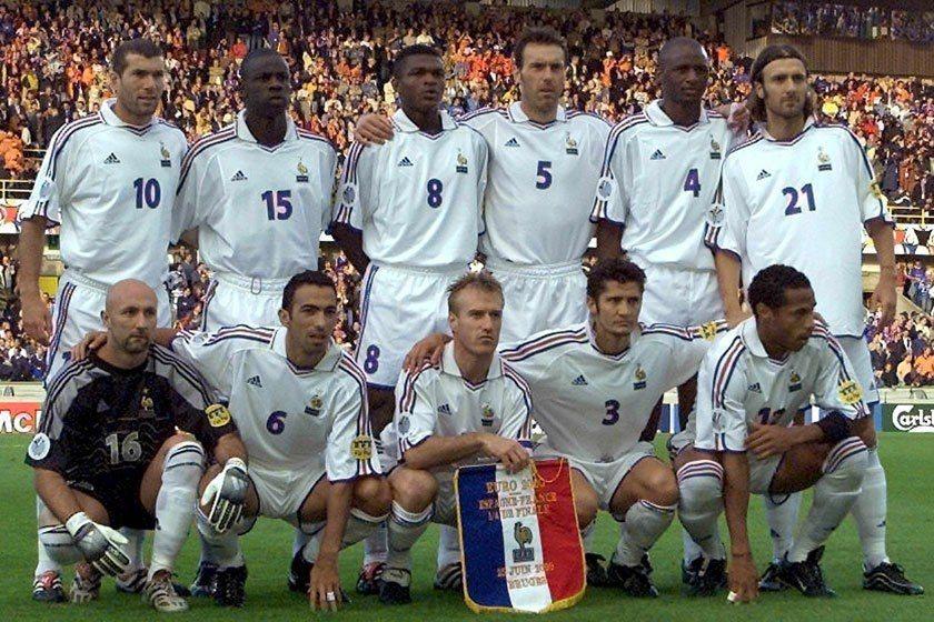 席丹(後排左一)在2000年歐錦賽帶領法國最後打敗義大利贏得冠軍,當時他的頭髮還...
