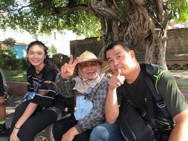 天下雜誌資深攝影劉國泰(右一)與其指導的世新學生曾婕瑜(左一),於屏東焰溫村的居...