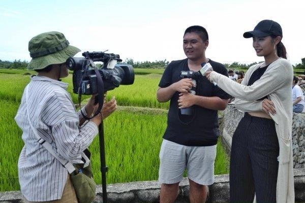 世新大學圖傳系師生數十人參與的環島授課,吸引花蓮地方媒體採訪。 圖/世新大學提供
