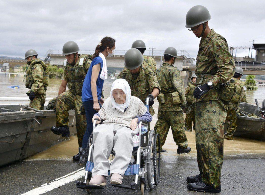 這次水災中的被害者大多為70歲以上的年長者,一方面行動不便,另一方面也有許多人不...