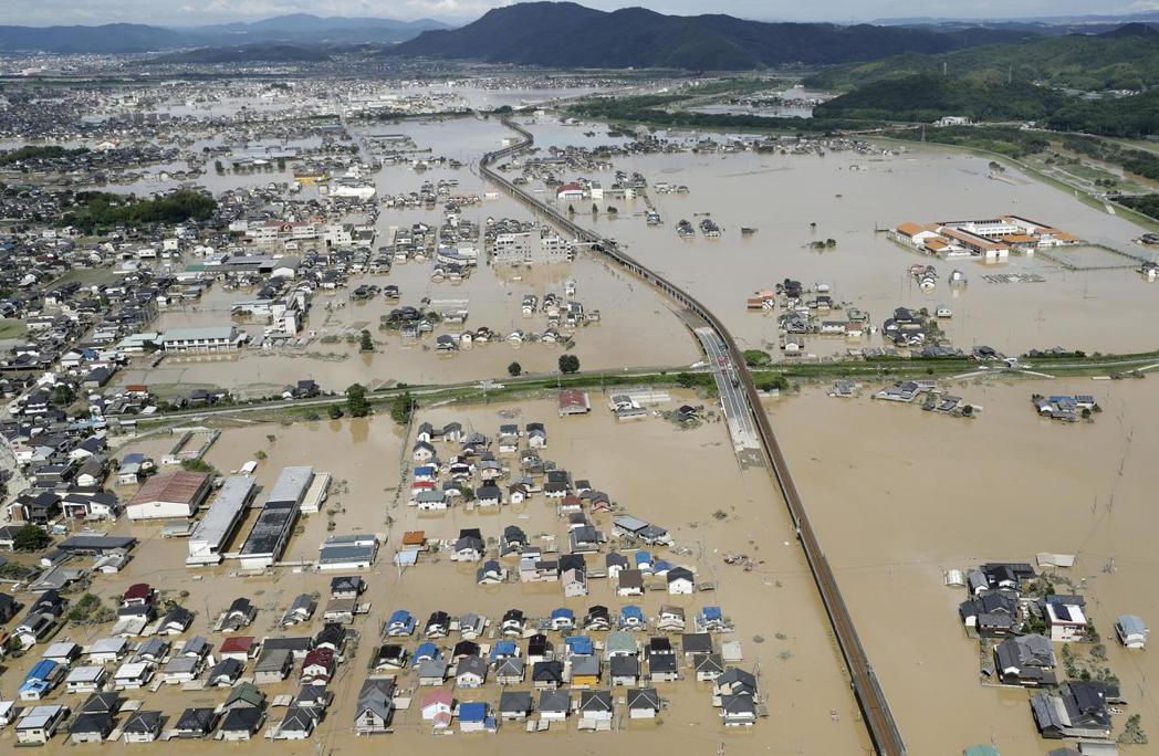 倉敷市真備町發生兩處堤防大規模潰堤,大量洪水湧入,造成該地區4分之1約4,600...
