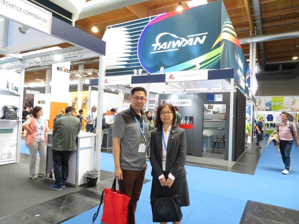 慕尼黑台貿中心鄒慧玲主任(右)參觀台灣館 。 紡拓會/提供