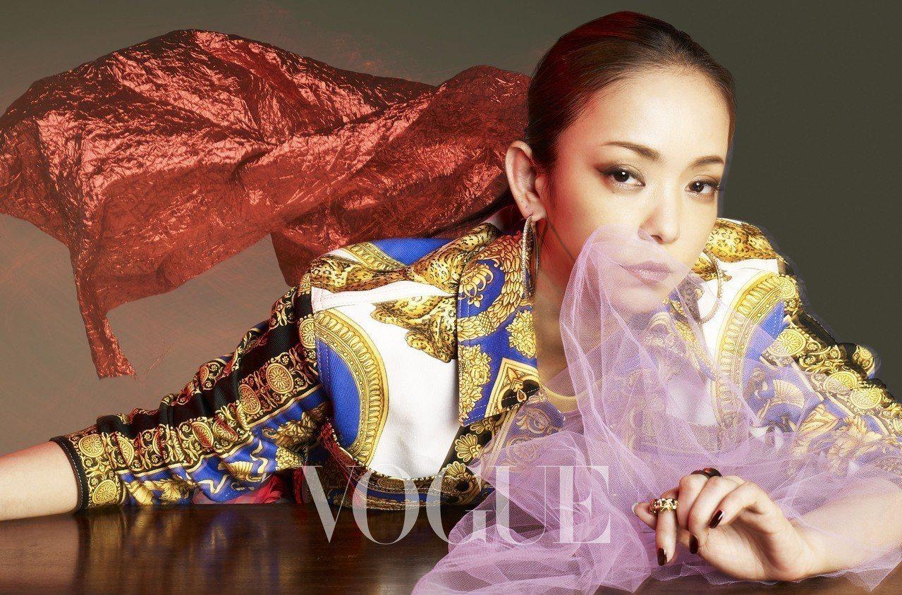 白色丹寧印花短外套(Versace)金色鑲水晶環型耳環、金色鎖鍊戒指、黑...