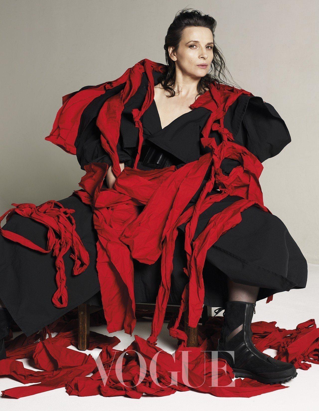 黑色闊肩襯衫、紅色披巾(Yohji Yamamoto)
