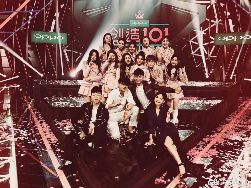 「火箭少女101」成員與導師們。圖/擷自微博