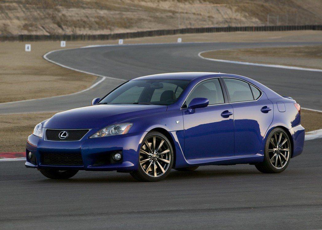 前一代的IS F配置5.0升V8自然進氣引擎。 摘自Lexus