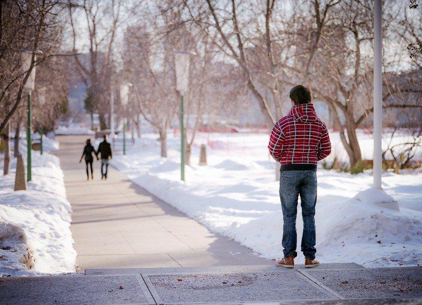 研究發現,容易感受孤單可能與基因有關。(Photo by Kurt Bausch...