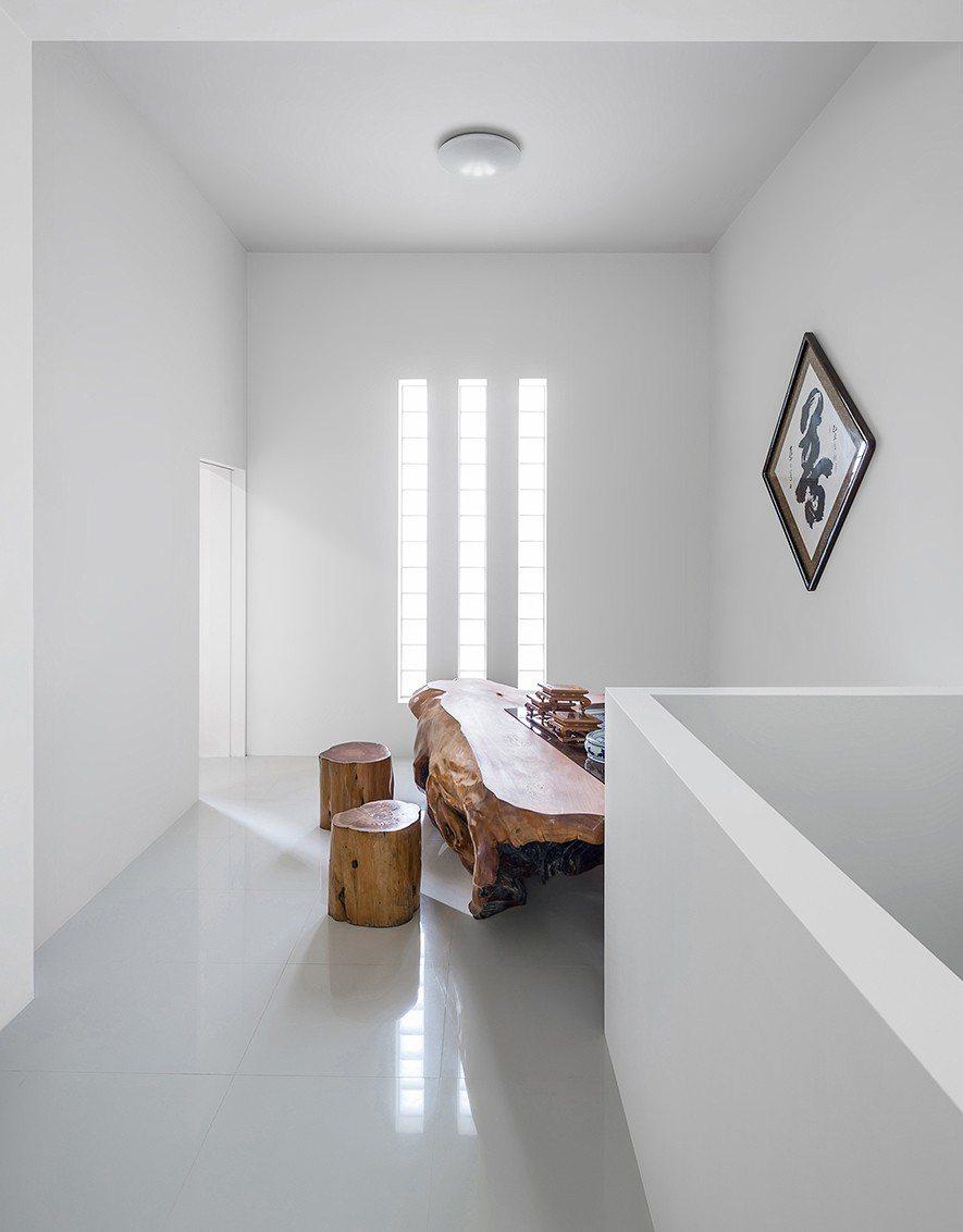 (圖)樓頂處設置泡茶用長桌讓屋主能隨時品茗