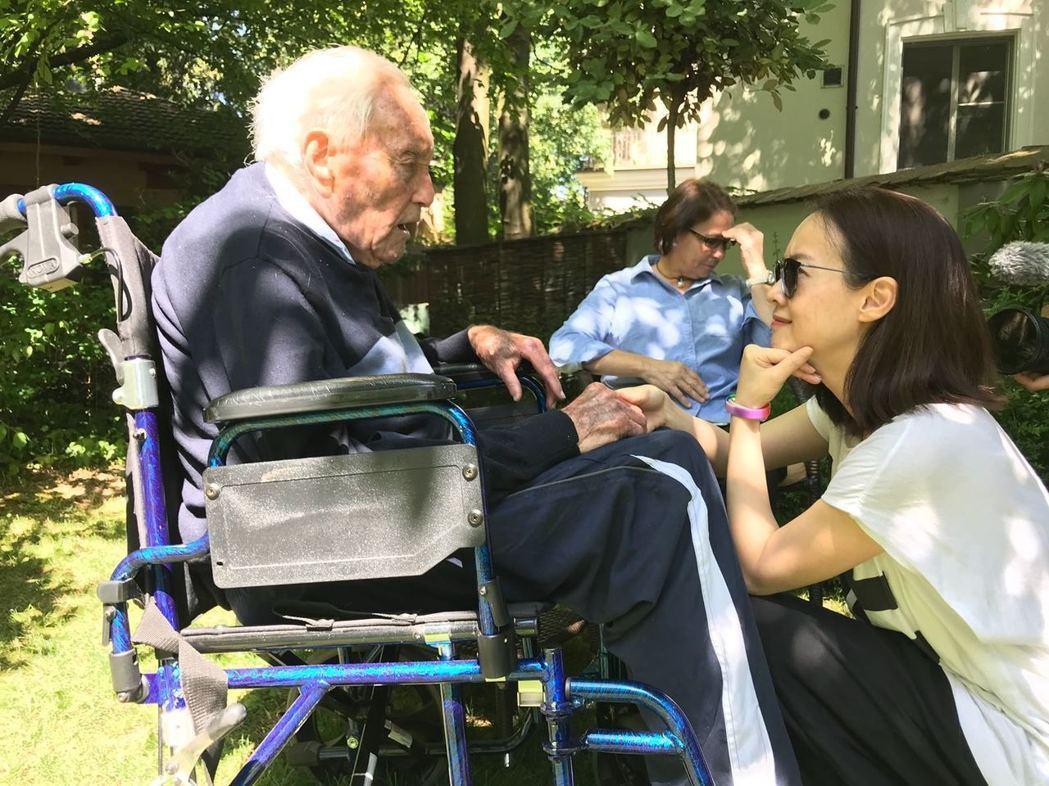 今年5月,曾寶儀赴瑞士,見證104老人安樂死的過程,期間和他有許多互動。圖/曾寶...