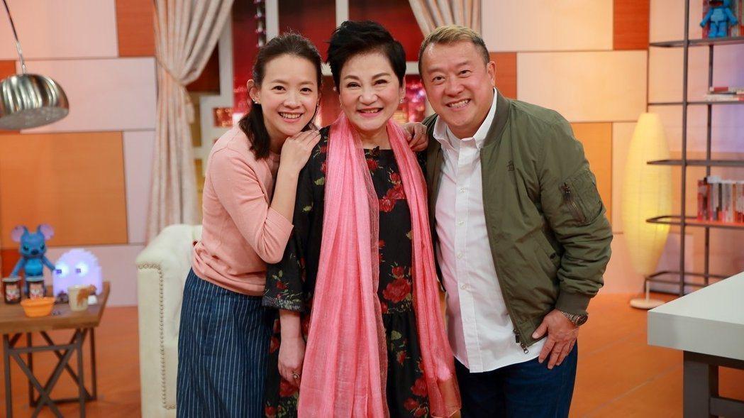 曾寶儀(左)和老爸曾志偉上張小燕節目。圖/TVBS提供
