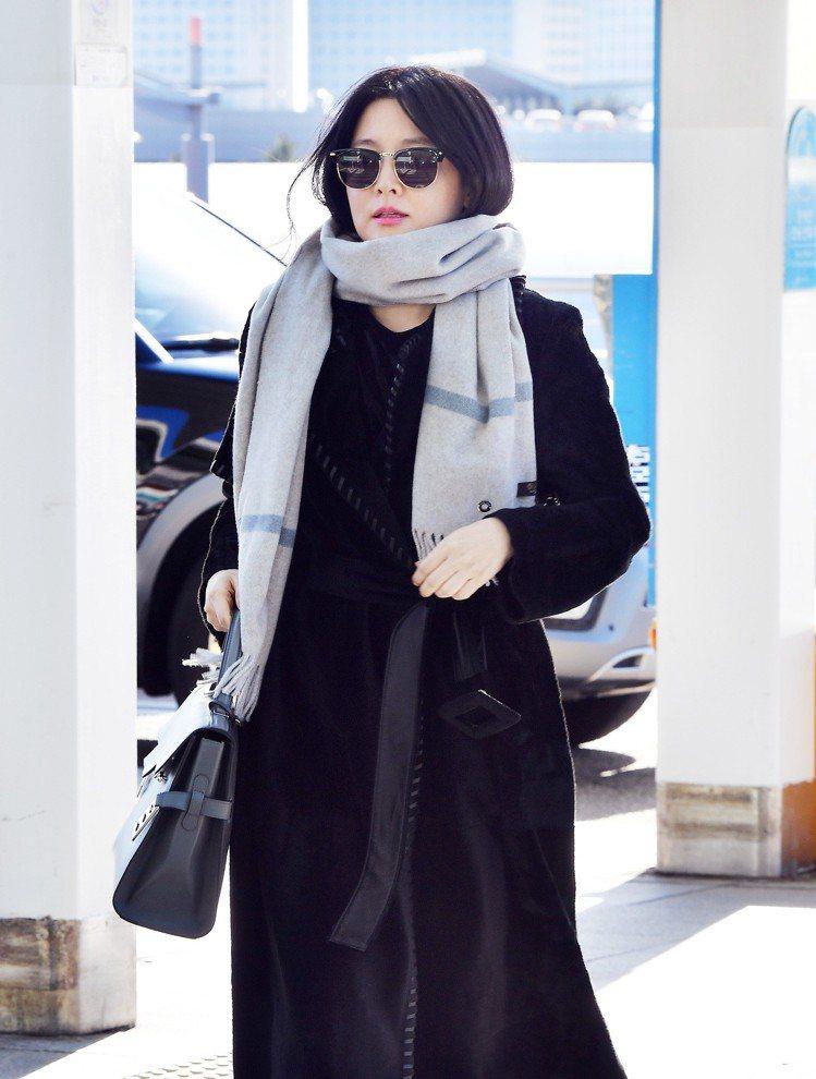 李英愛以貴氣的WELVE系列小山羊喀什米爾圍巾穿搭。圖/Loro Piana提供