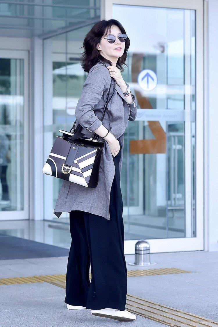 李英愛演繹Brillant黑白圖騰牛皮中型肩背包。圖/DELVAUX提供