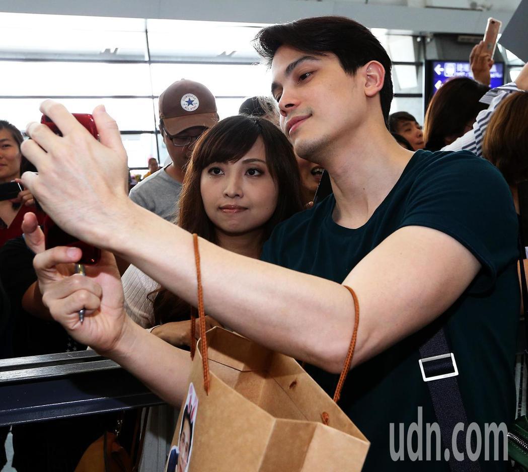 泰國電影《把哥哥退貨可以嗎》男主角SUNNY(右),10日中午搭機抵台,下機後與...