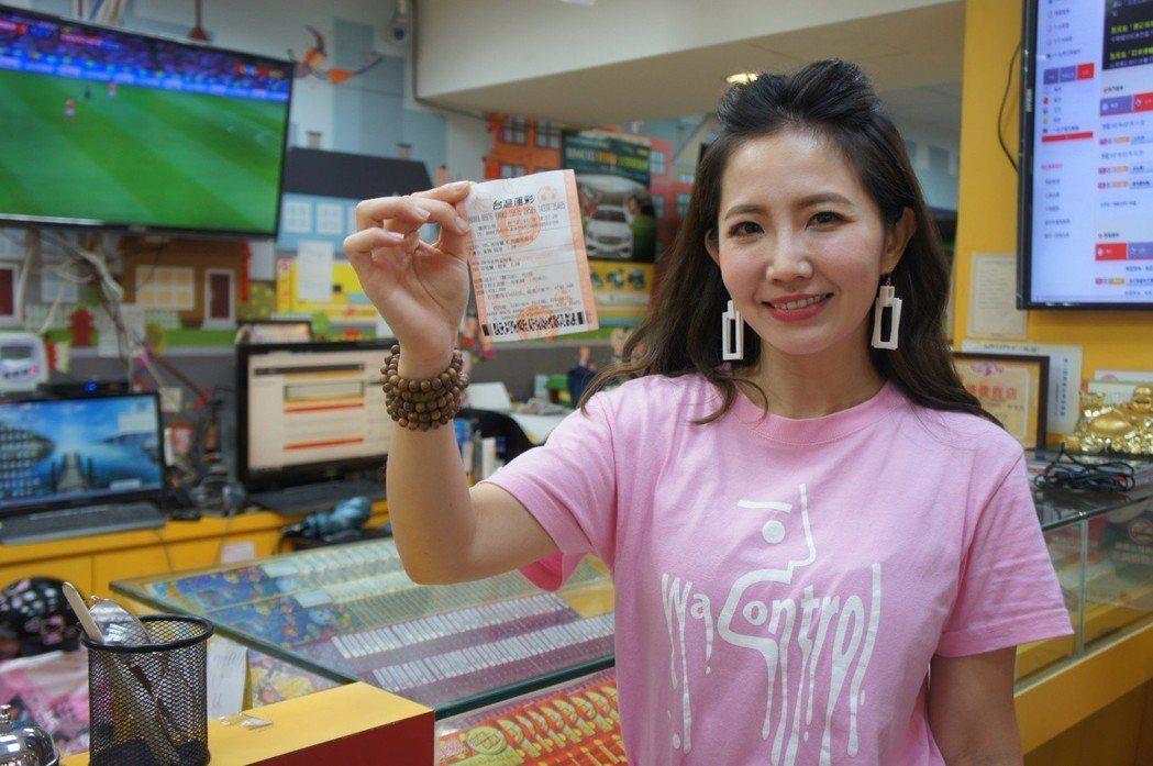 忻購買台灣運彩彩券支持英格蘭。圖/台灣運彩提供