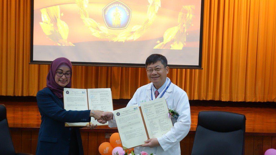 台大醫院雲林分院院長黃瑞仁(右一)與布拉維加亞大學醫學院副院長Yuyun Yu...