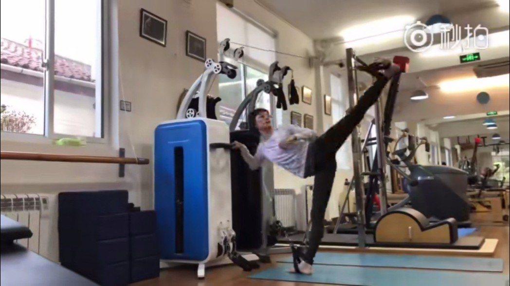 孫儷曬出健身影片,纖細長腿吸睛。圖/擷自秒拍