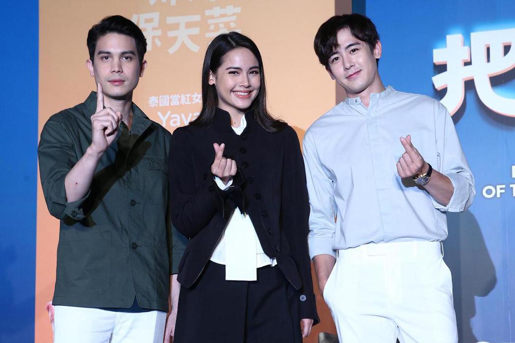 泰國影帝Sunny(左起)、泰國國民女神Yaya與2PM的尼坤10日出席電影「把